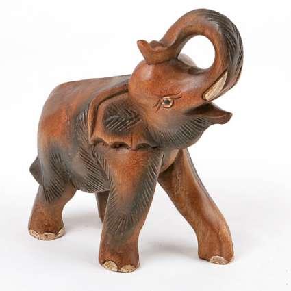 Слон вдигнат хобот от дърво  ръчна изработка