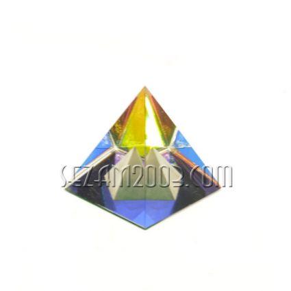 Пирамида в пирамида от стъкло