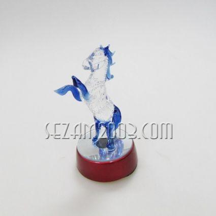 КОНЧЕ - стъклена фигурка върху поставка с лампички.