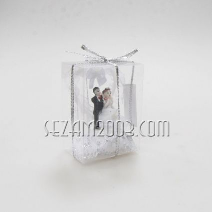 младоженци - фигура от полирезин и плат в подаръчна кутийка