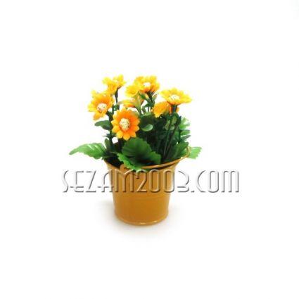Изкуствени цветя декорирани в метален съд