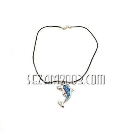 Necklace with pendant of ocean pearl and metal
