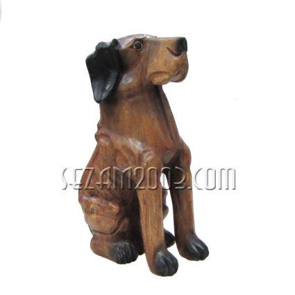 Куче седнало от дърво ръчна изработка