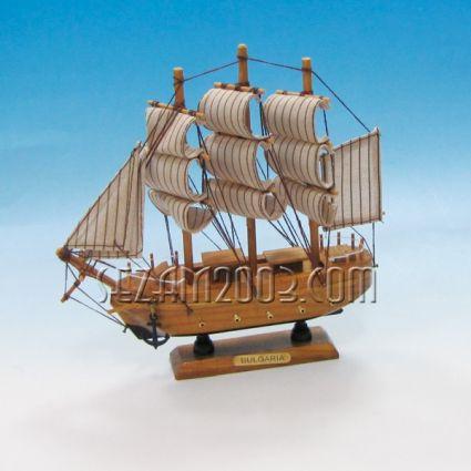 макет на платноходен кораб от дървени елементи и плат с надпис BULGARIA