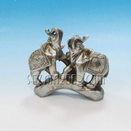 Слончета двойка на скала - фигура от резин