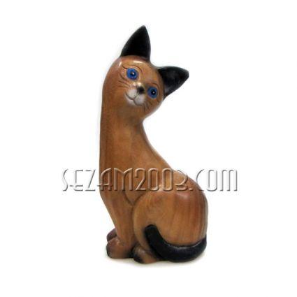 Котка от дърво с наклонена глава