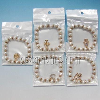 Гривна изкуствена перла и метални висулки с камъчета