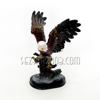Орел на поставка - фигура от полирезин