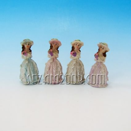 Момиченце с шапка и рокля - фигурка от резин